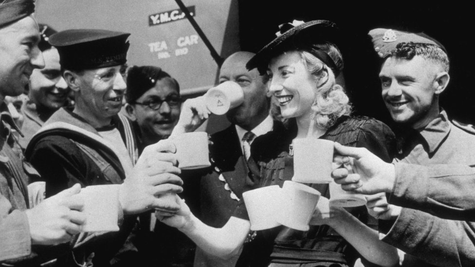 Vera Lynn presented a mobile canteen to the mayor of Westminster. Here she serves the first cups of tea to servicemen from the canteen on 2 June 1942