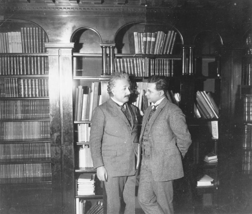 Einstein junto a Hans Albert en 1927.