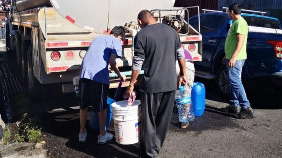 Camiones de distribución de agua circulan muchas de las principales ciudades latinoamericanas.