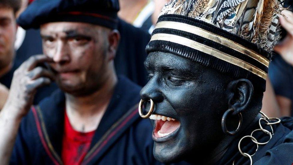 Hombre con la cara pintada de negro