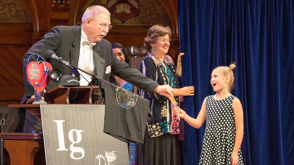El profesor David Wartinger durante su discurso de aceptación junto a la niña de 8 años Dorothea Hartig