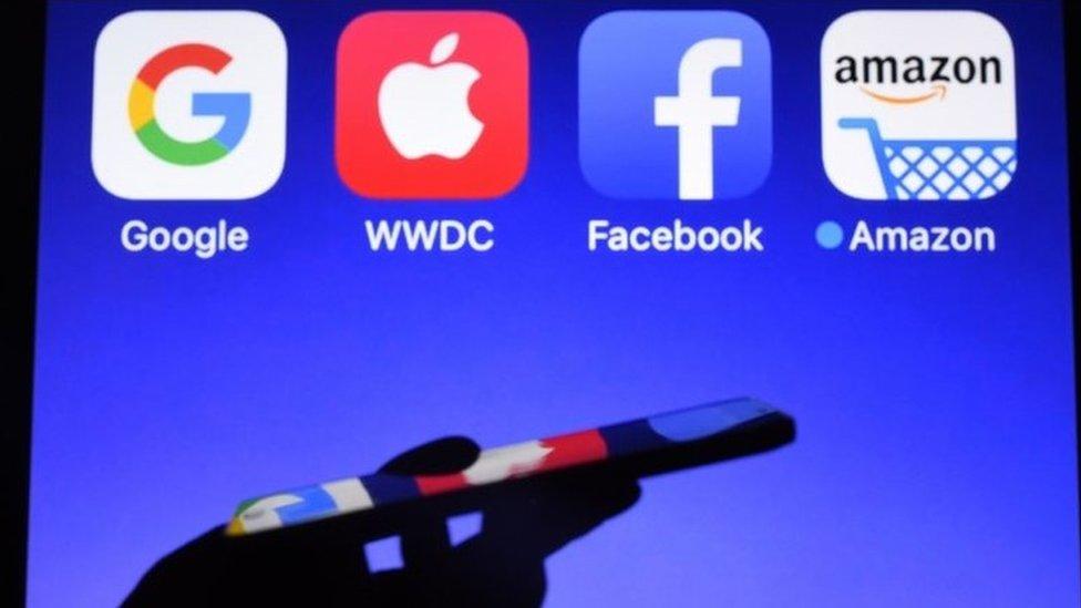 (左至右)四大科技巨頭商標:Google、蘋果、Facebook與阿馬遜