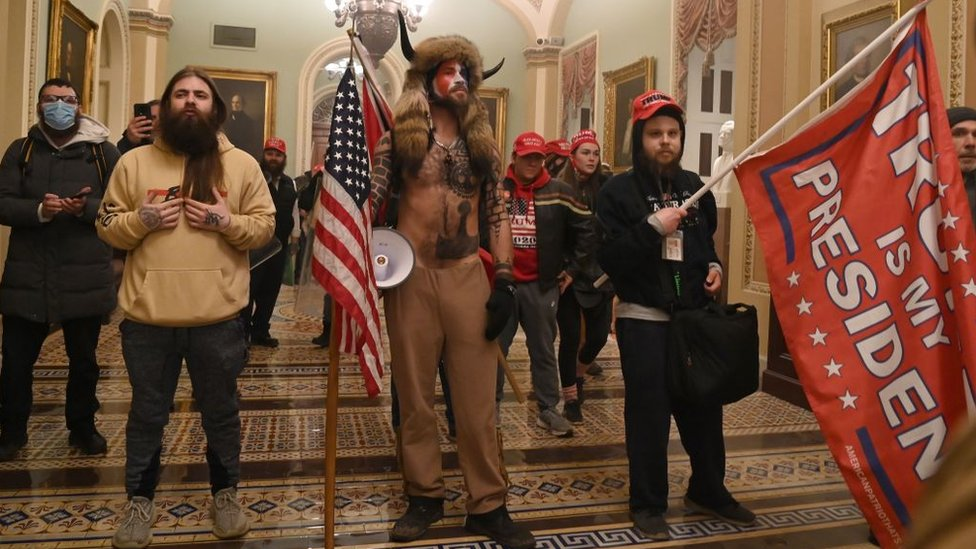 Partidarios de Trump dentro del Capitolio de EE.UU.