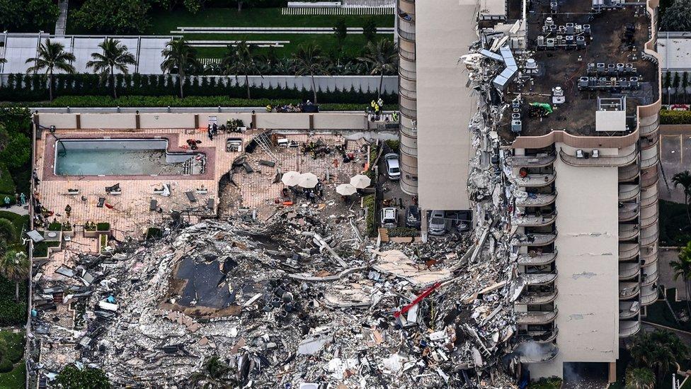 Vista aérea del edificio derrumbado.