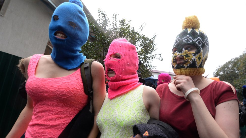 Las Pussy Riot se hicieron famosas mundialmente en 2012, cuando protestaron en una catedral de Moscú en contra del apoyo de la Iglesia Ortodoxa a Vladimir Putin.
