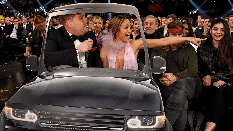 El presentador de TV británico James Corden y la actriz Jennifer López compartiendo un pequeño auto para llegar a la ceremonia de los Grammy, en Los Ángeles, California - 12 de febrero de 2017