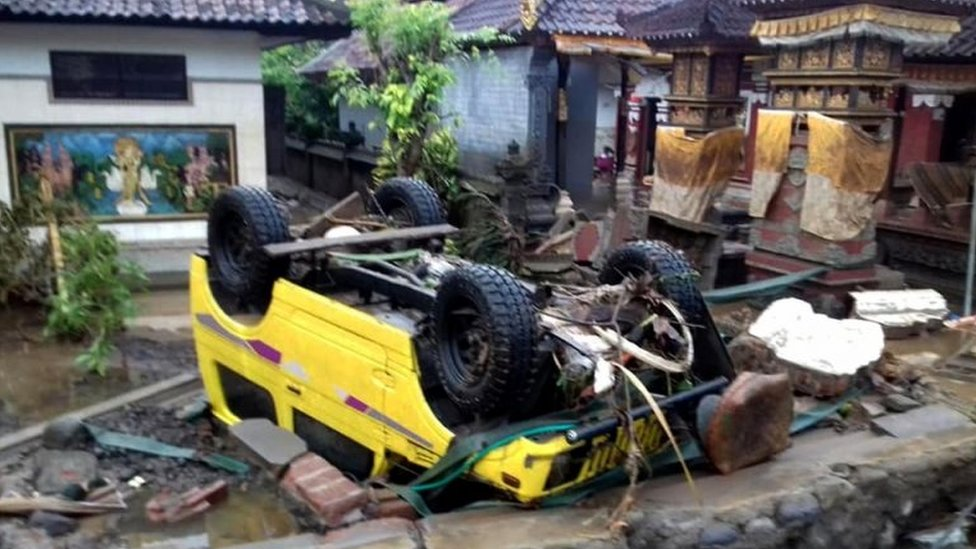 Un auto volteado en Indonesia