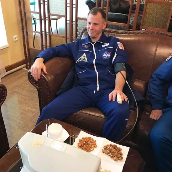 Nick Hague luego del aterrizaje de emergencia con un monitor de presión