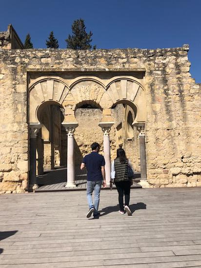 Personas frente a las ruinas