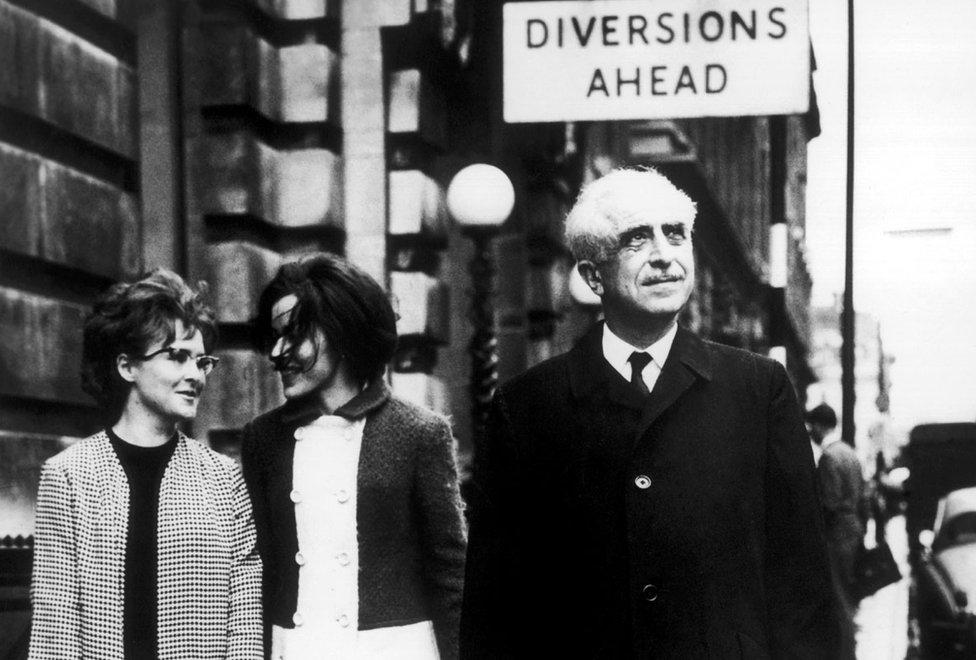 1966年平克斯教授在倫敦 街頭