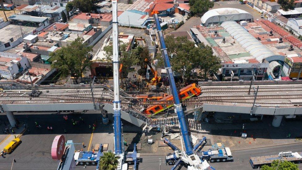 منظر جوي لأعمال إزالة القطار المتضرر