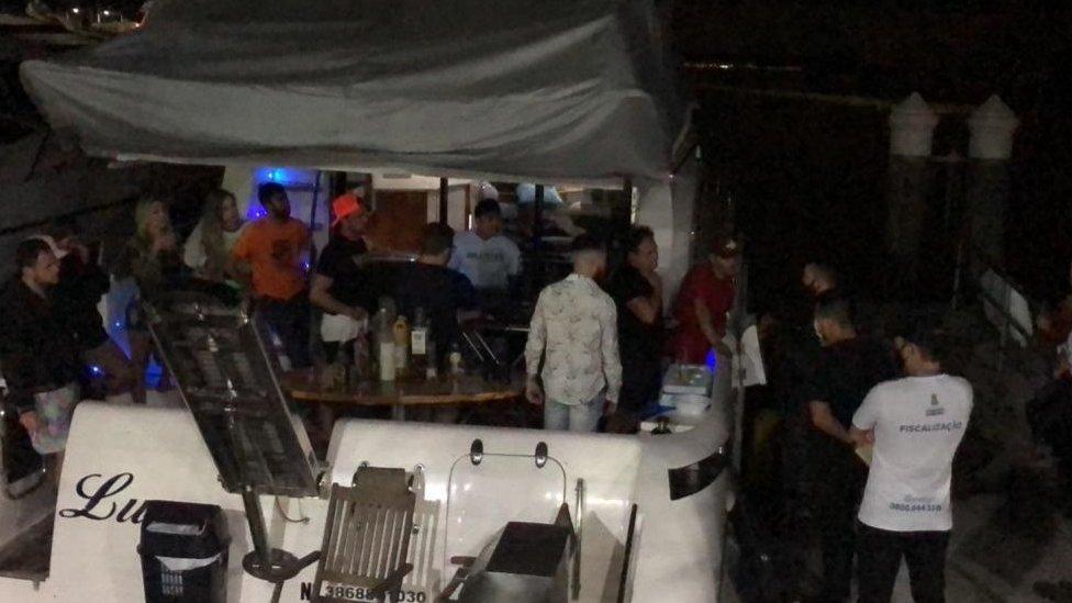 Interdição de festa em lancha por causa de aglomeração durante a pandemia