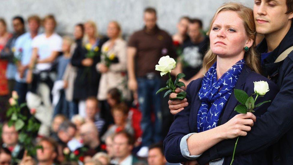 Público rindiendo tributo a las víctimas.