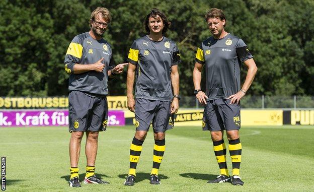 Klop sa asistentima Željkom Buvačem (sredina) i Peterom Kravicom (desno) u Dortmundu