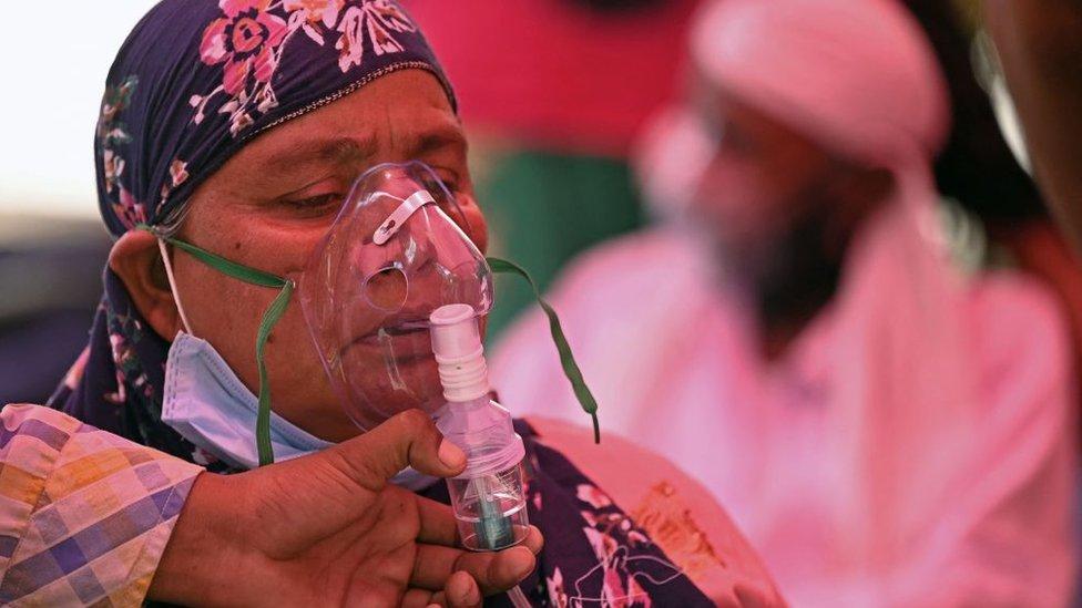 Paciente recibe oxígeno
