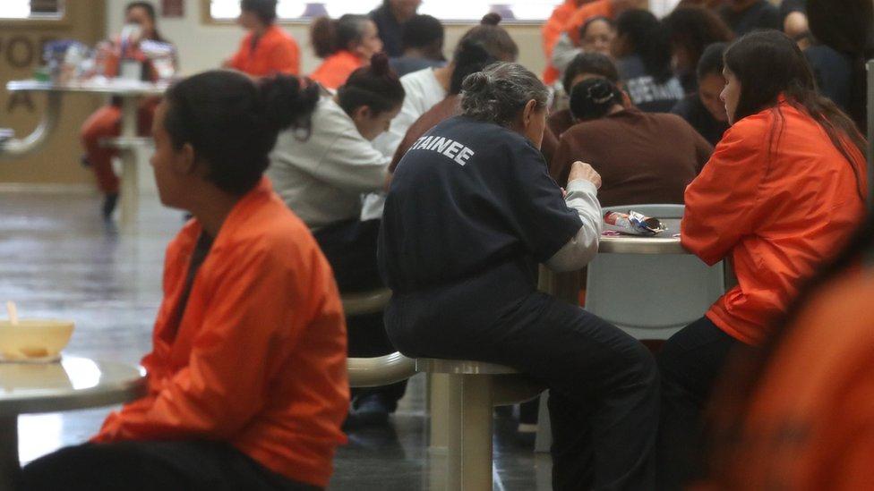 Detenidas en el centro Otay Mesa que procesa a inmigrantes indocumentados en San Diego, California.