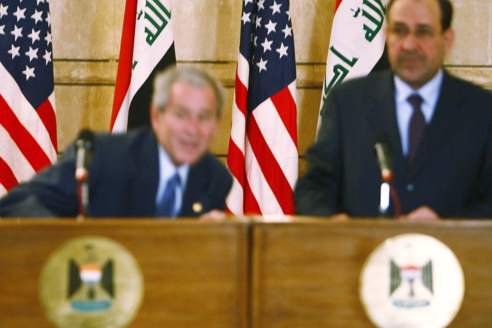 Bush en Bagdad en el momento del zapatazo.