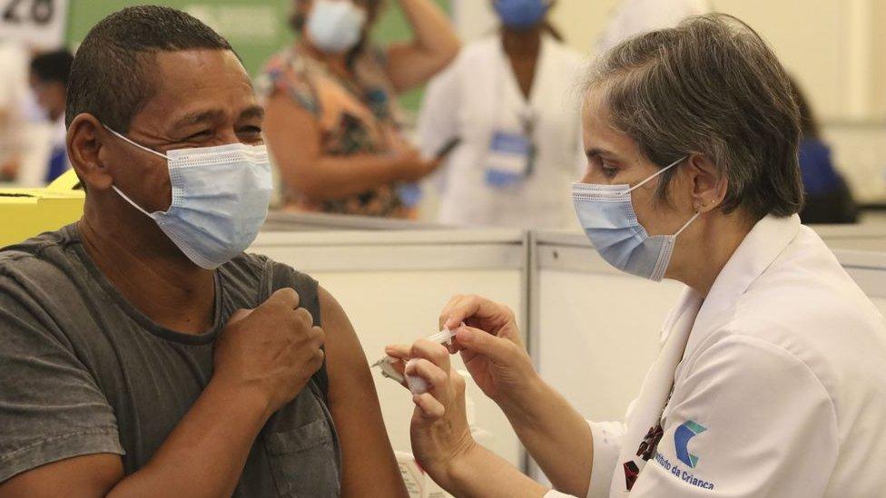 Homem sendo vacinado