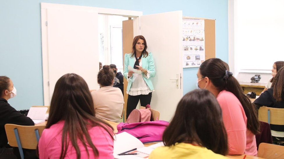 deca u učionici i učiteljica