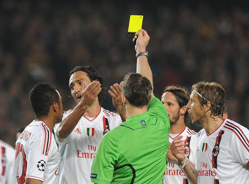 Nesta es amonestado por el árbitro en la eliminación del Milán ante el Barcelona en 2012.