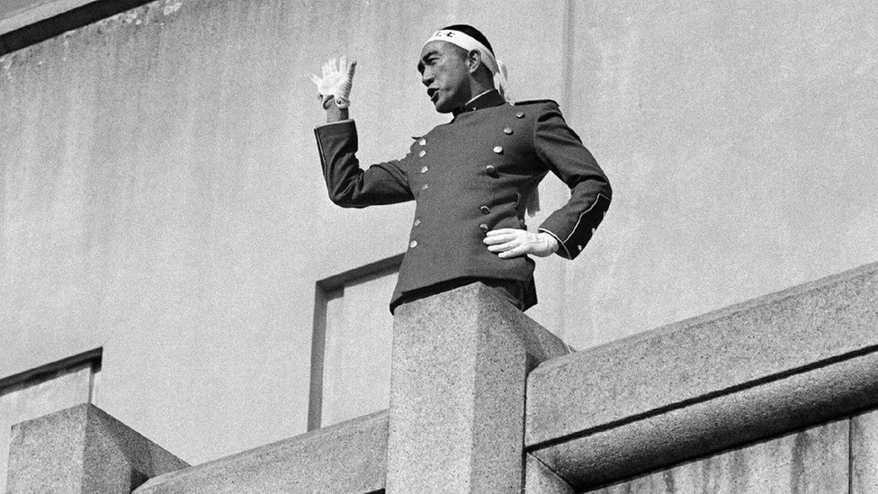 25. novembra 1970 Mišima je održao govor vojnicima okupljenim pod terasom na kojoj je stajao, nakon čega je oduzeo sebi život