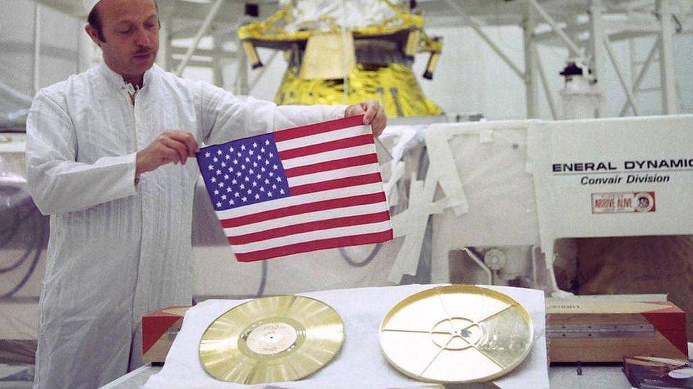 Bandera y disco dorado llevados por el Voyager 2