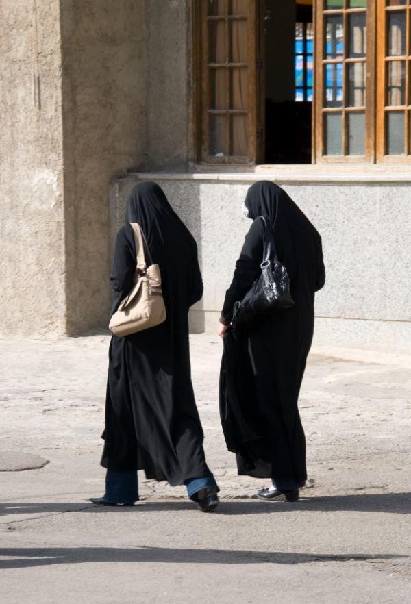 Jóvenes caminan en Irán