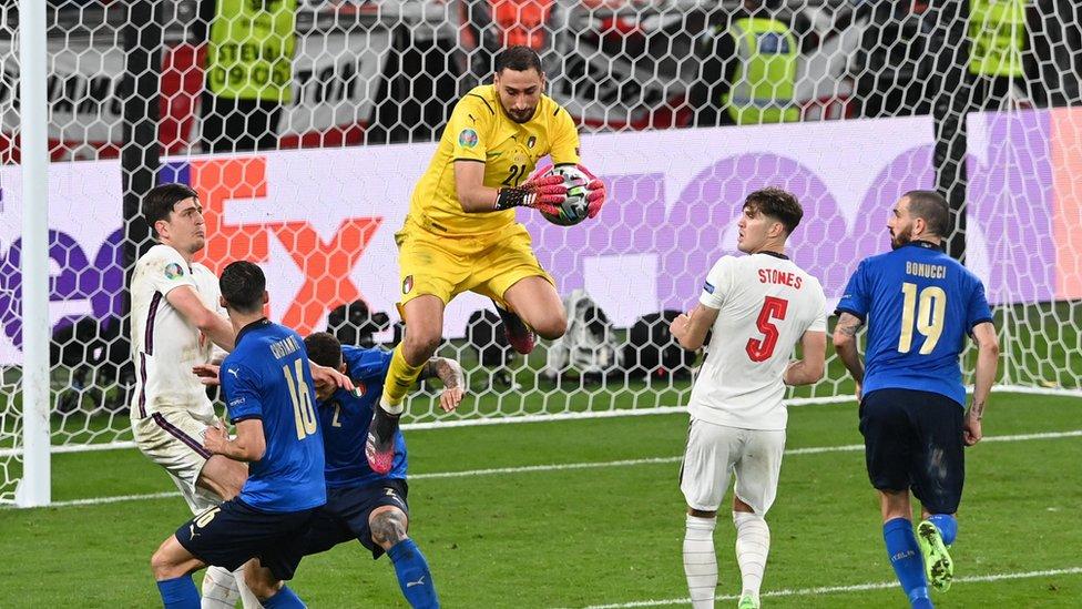 الفريق الانجليزي صدم نظيره الإيطالي وسيطر على معظم الشوط الأول لكن المنتخب الإيطالي عاد للسيطرة في الشوط الثاني