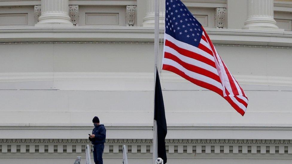 Bandera a media asta.