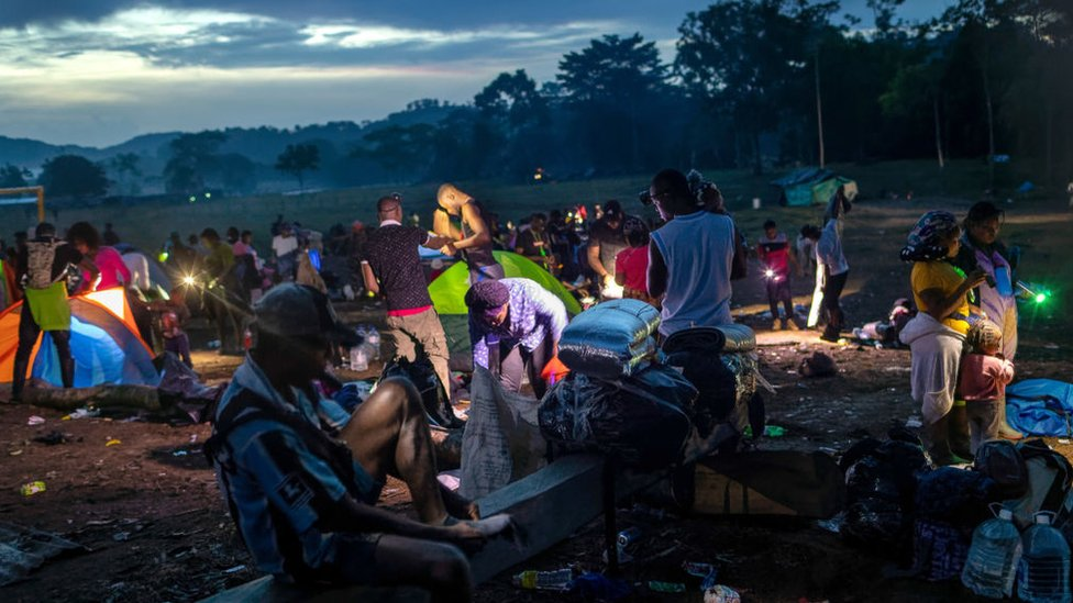 Migrantes acampando antes de cruzar el Tapón del Darién.