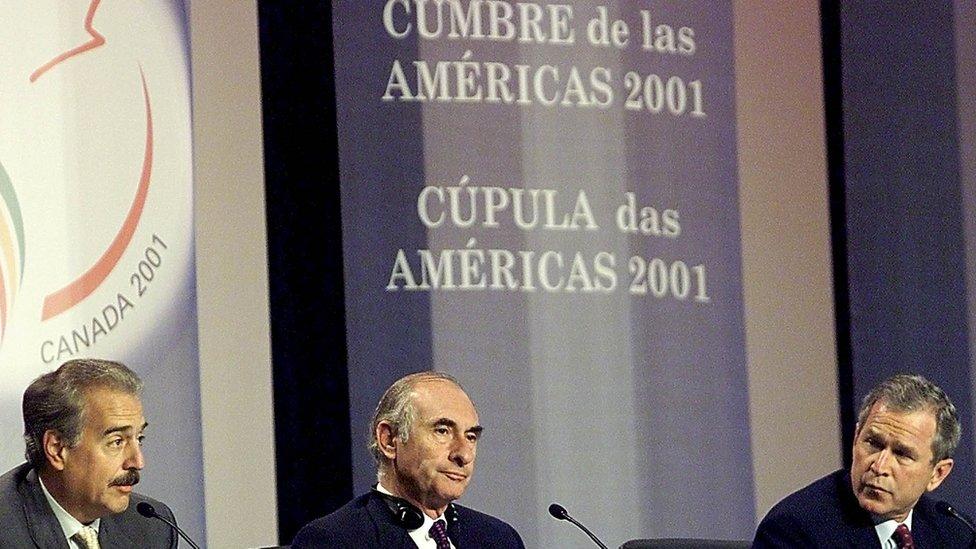 El entonces presidente de Colombia, Andrés Pastrana (izquierda), el de Argentina, Fernando de la Rúa (centro) y el de EE.UU., George W. Bush (derecha), en la Cumbre de las Américas de 2001 en Quebec, Canadá.