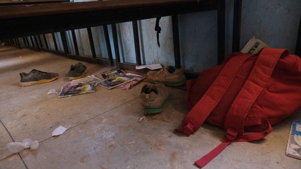 Pertenencias de los estudiantes abandonadas en la escuela.