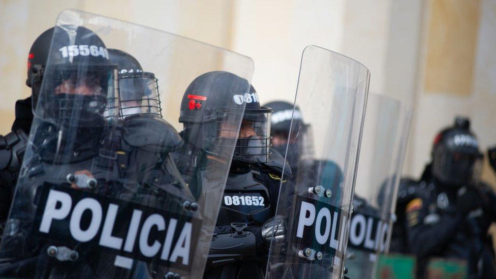 Policía con armadura
