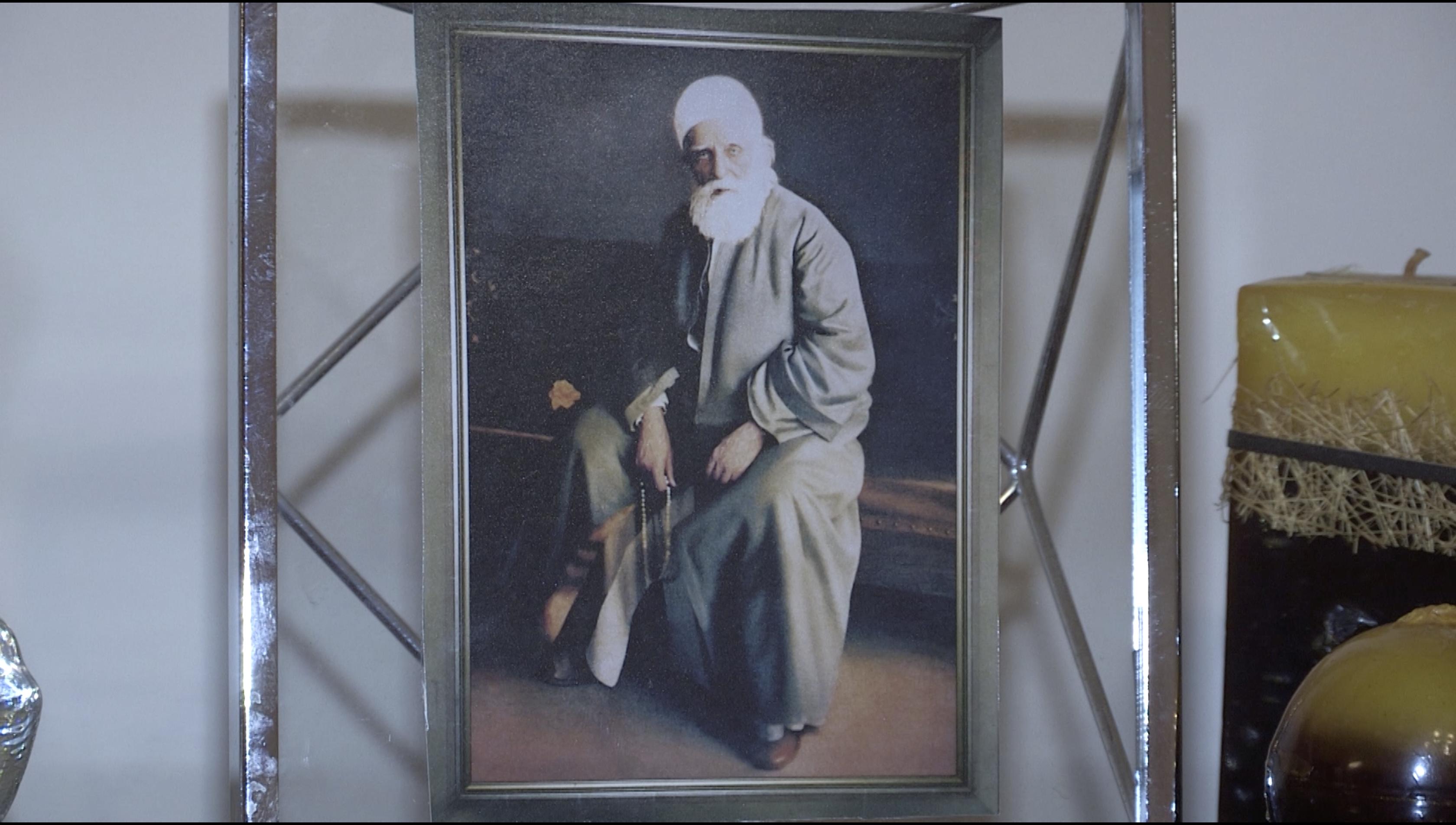 لا يضع البهائيون صورة بهاء الله في بيوتهم بل صور عبد البهاء ابنه
