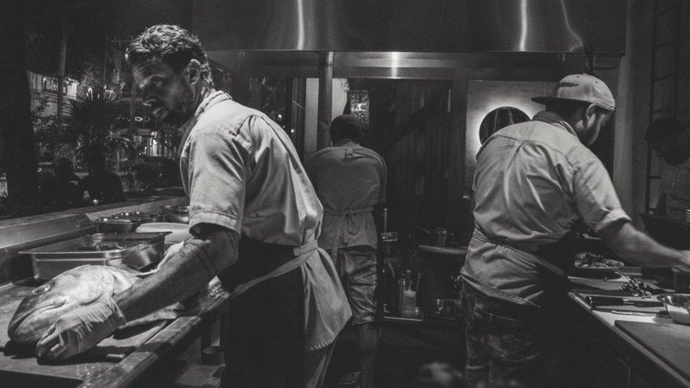Pedro Abascal trabalhando na cozinha de seu restaurante