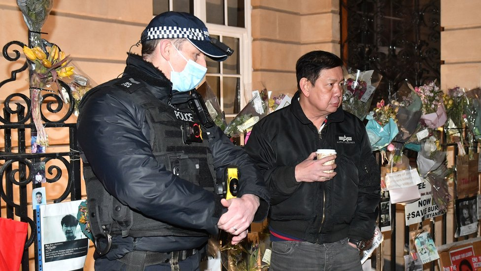 Duta besar Myanmar untuk Inggris Kyaw Zwar Minn (kanan) berbicara kepada polisi di luar kantor kedutaan di London.