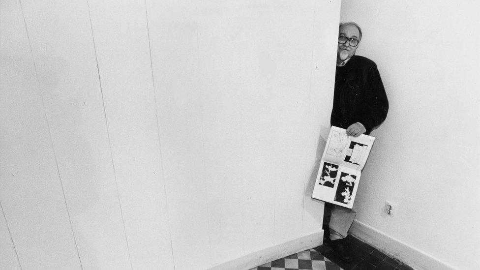 Koraks u praznoj galeriji Sebastijan u Beogradu devdesetih
