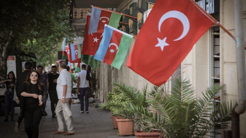 bayrak kaplı bakü sokakları