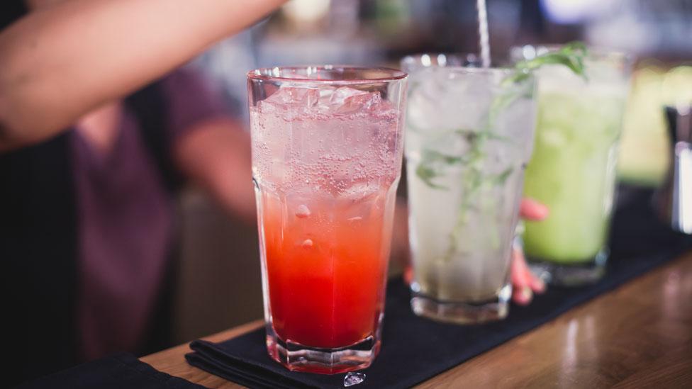 Tragos servidos en un bar