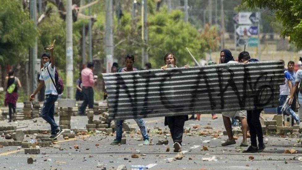 Demonstrators at the National University of Engineering (UNI) clash with anti-riot police over pension reforms 20 April 2018