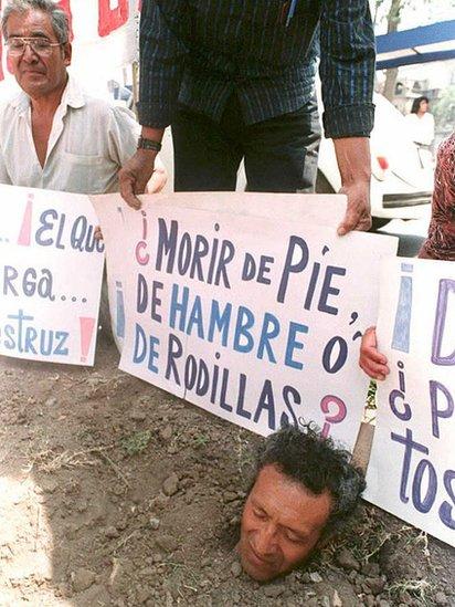 Claeísta enterrado como forma de protesta para exigir sus ahorros de vuelta.