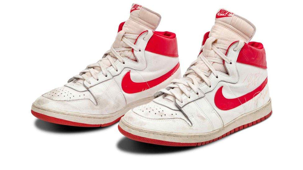 Кроссовки Майкла Джордана проданы на аукционе за рекордные 1,47 миллиона долларов