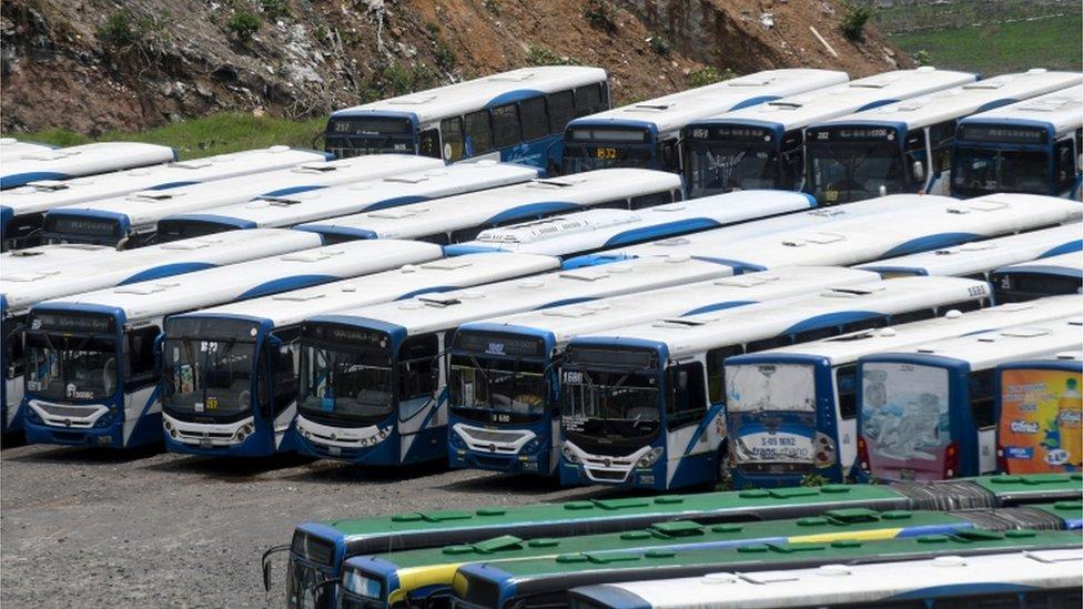 Autobuses sin funcionar por el brote de coronavirus en San Miguel Petapa, Guatemala.