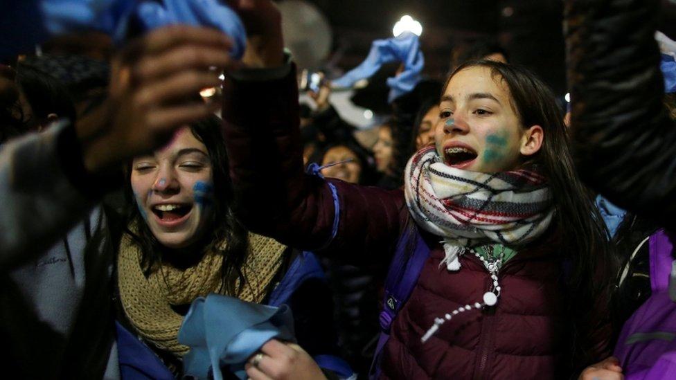 Jóvenes que se oponen al proyecto de despenalización del aborto.