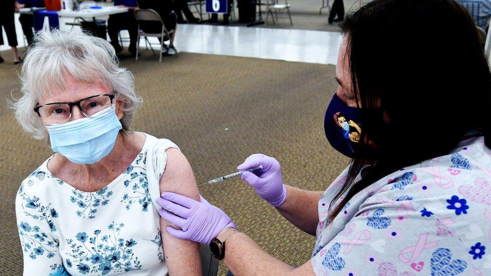 Mulher recebe vacina contra covid-19