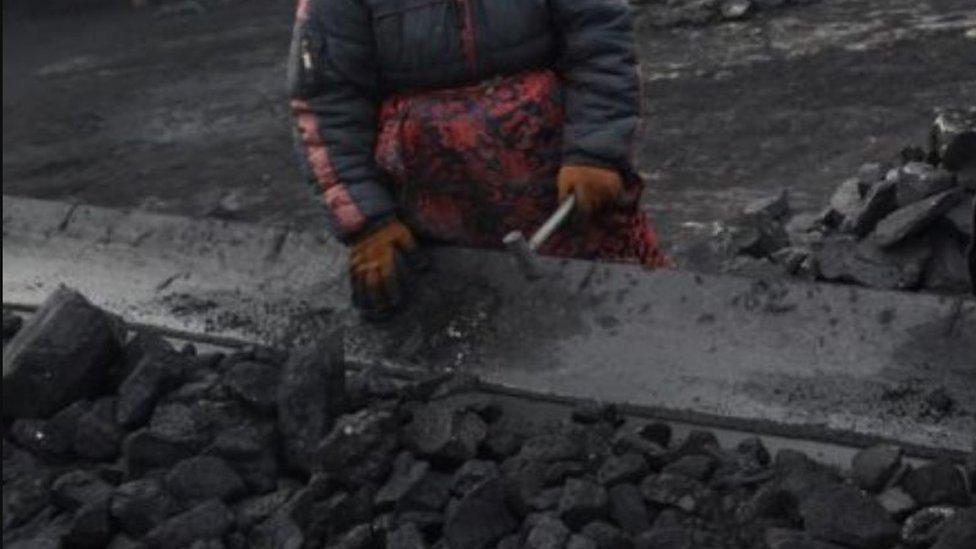 امرأة تعمل في منجم (صورة أرشيفية)