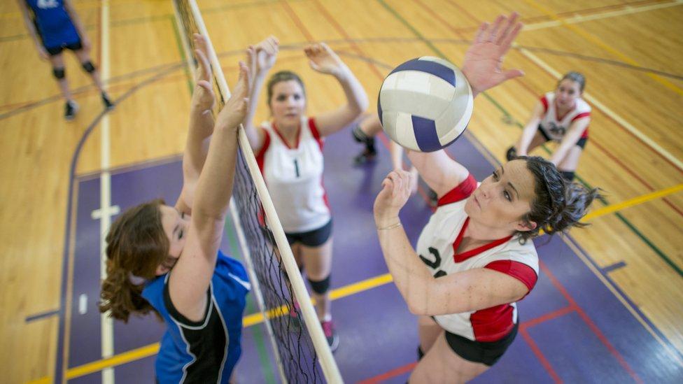voleybol oynayan kızlar