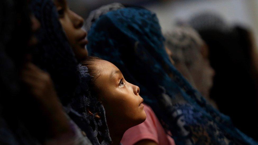 Una niña en una misa de La Luz del Mundo.