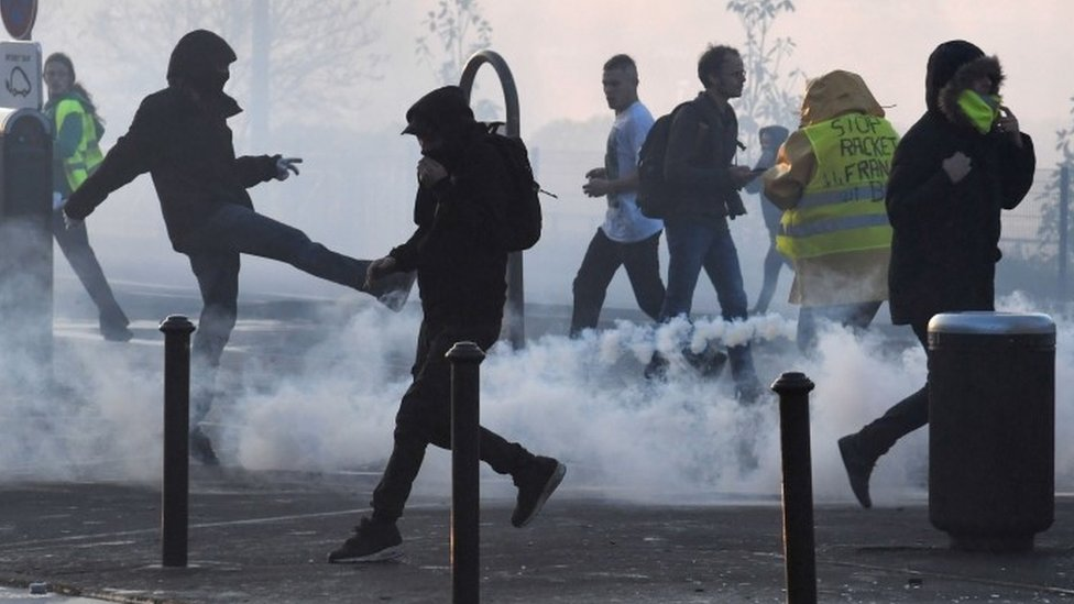 France fuel protest: Hundreds injured as protests continue