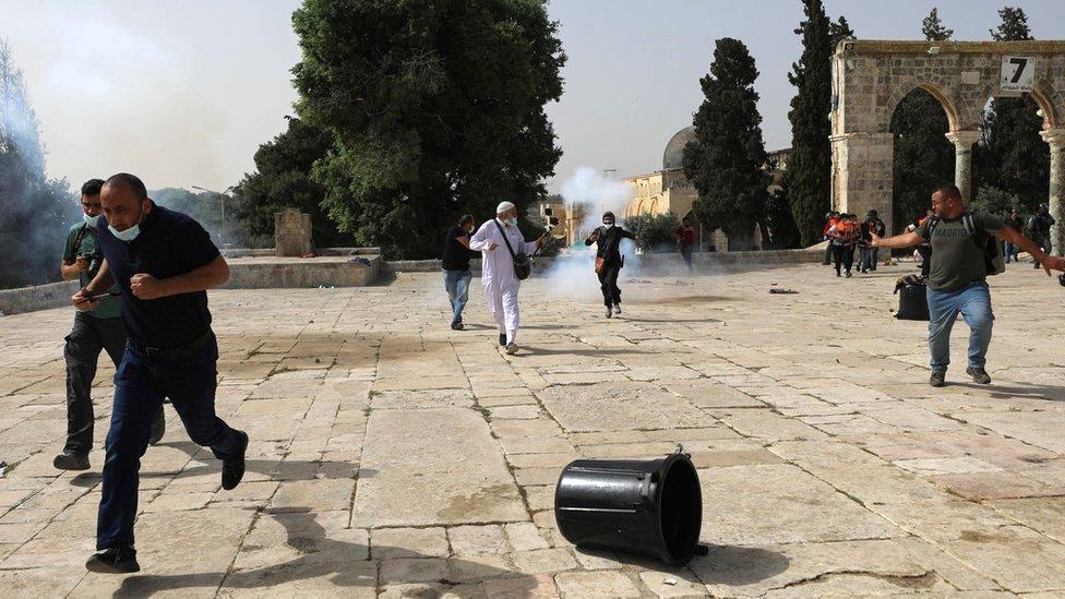 La policía de Israel lanzó bombas lacrimógenas y perdigones contra los manifestantes palestinos.